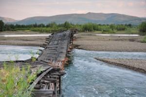 Quel che resta di un ponte sulla Strada delle Ossa