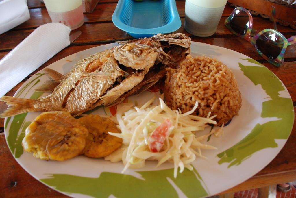 Pesce fritto + doppio carboidrato tipico del Caribe