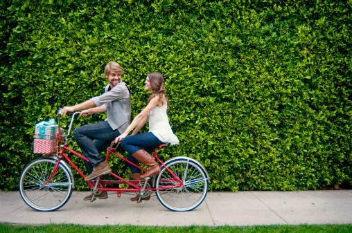Si può viaggiare pedalando in tandem?