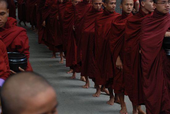 questua monaci Birmania