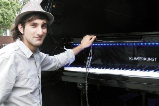 Davide Martello, gira il mondo da 3 anni suonando un pianoforte a coda