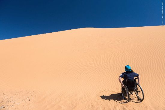 viaggiare da soli sulla sedia a rotelle