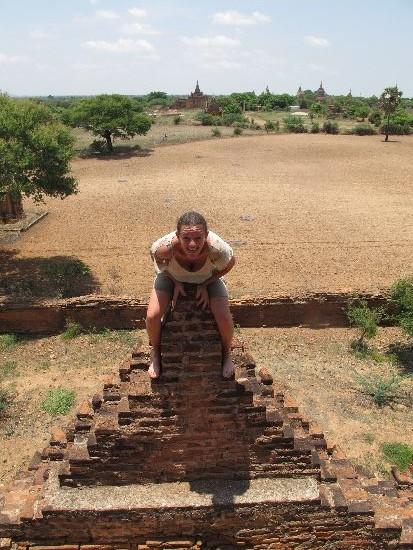 Ivana a Bagan in Myanmar sulla cima di un tempio