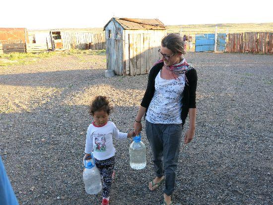 Lola e una bimba in Mongolia in un villaggio disperso nel deserto dei Gobi