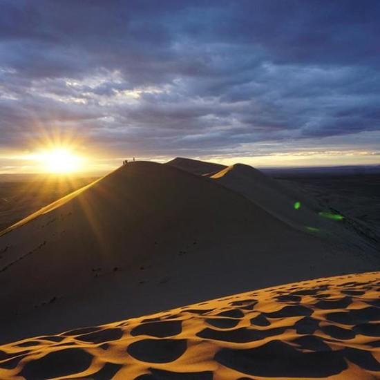 Tramonto nel deserto del Gobi