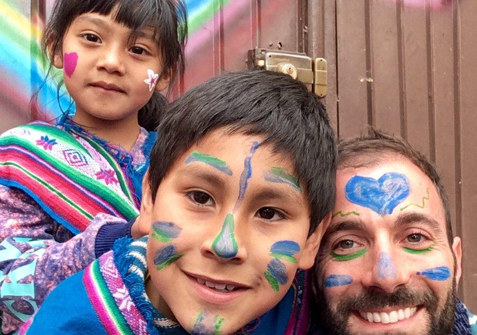 Marco lascia la vita a New York per girare il mondo e aiutare i bambini