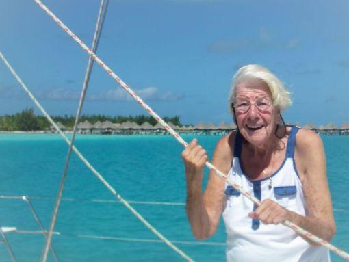 Non è mai troppo tardi: Nonna Tilly a 90 anni sceglie di navigare in barca a vela