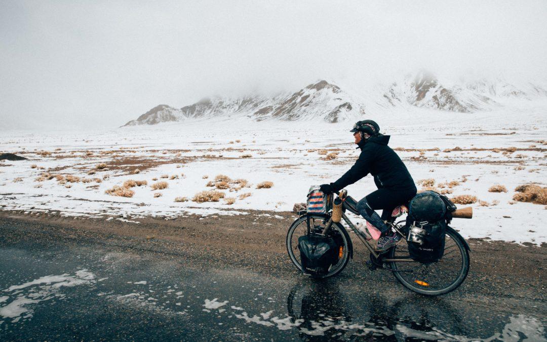 Valentina due anni in bicicletta da sola dal Vietnam agli Emirati Arabi