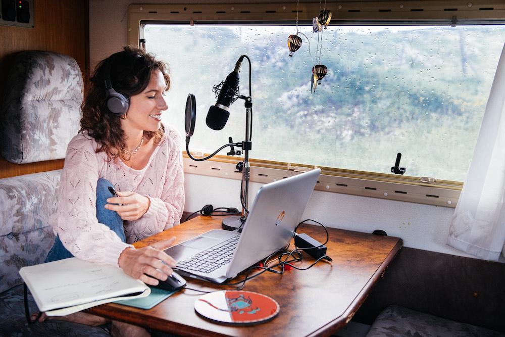 Margherita: da sola per l'Italia in camper facendo la radio